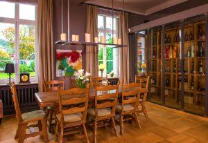 Tafelrunde-Zimmer der VILLA LEONHART mit massivem Holztisch der Platz für bis zu 10 Gäste bietet